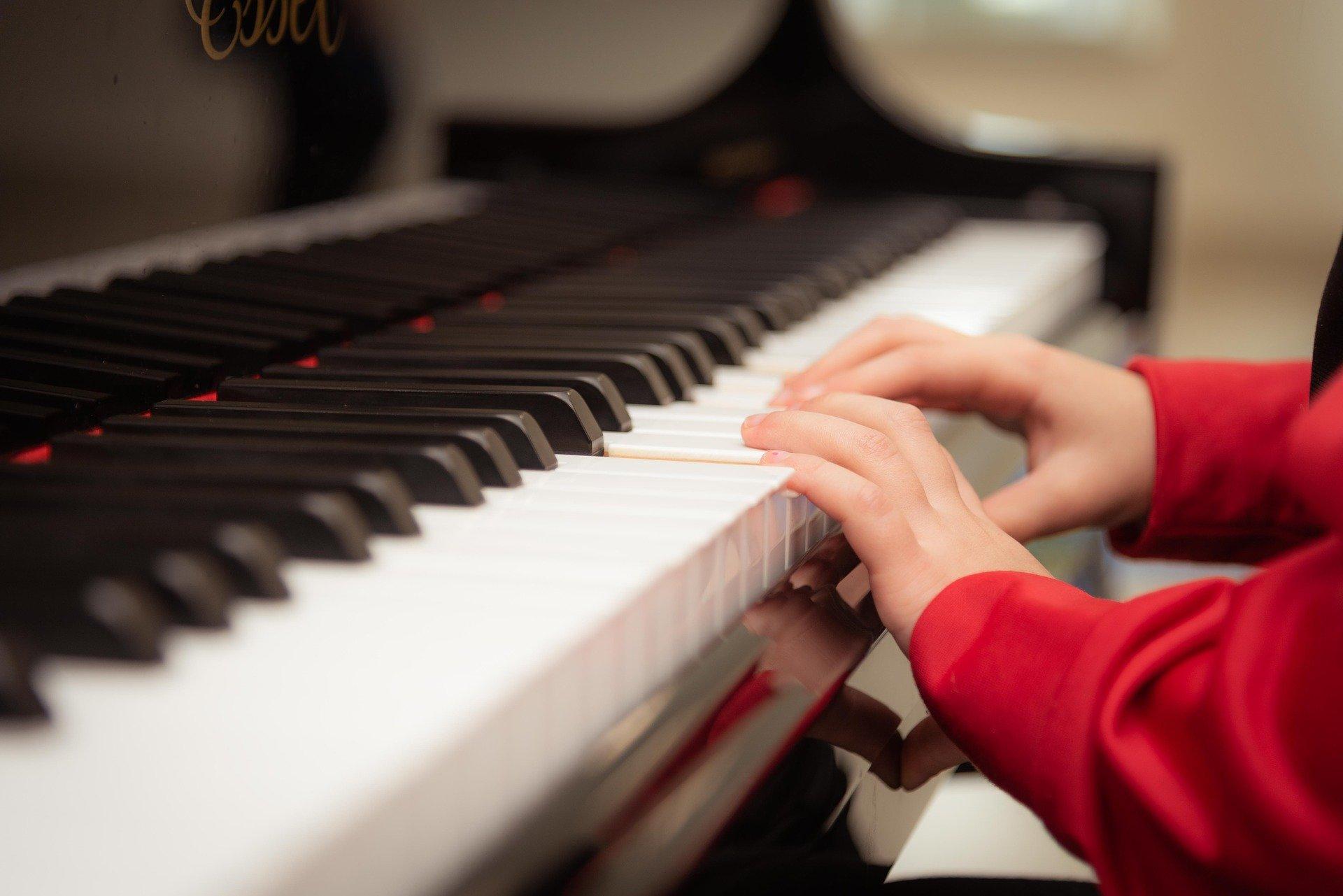 piano kids hands